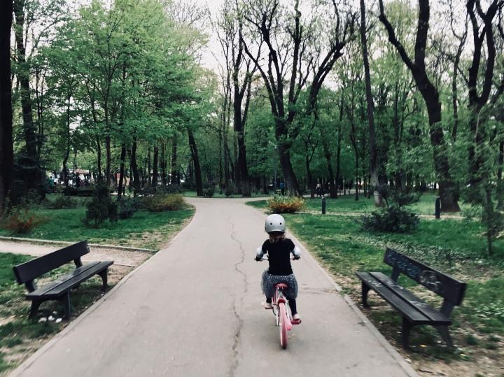 Vine o zi în care înveți să mergi pe bicicletă, fără roțiajutătoare