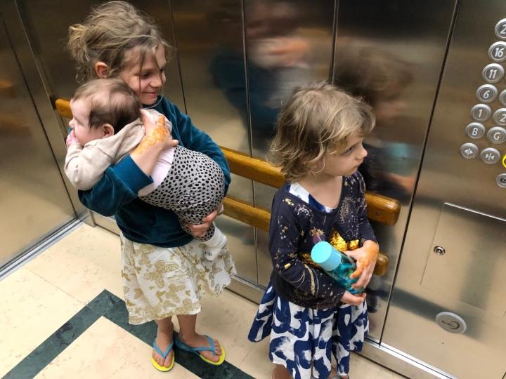 Când sora cea mai mare o acceptă pe sora cea maimică